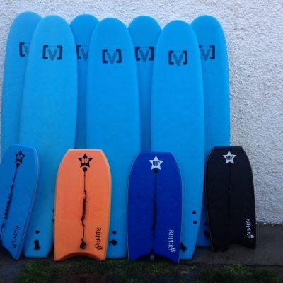 escuela de surf llanes, alquiler de material
